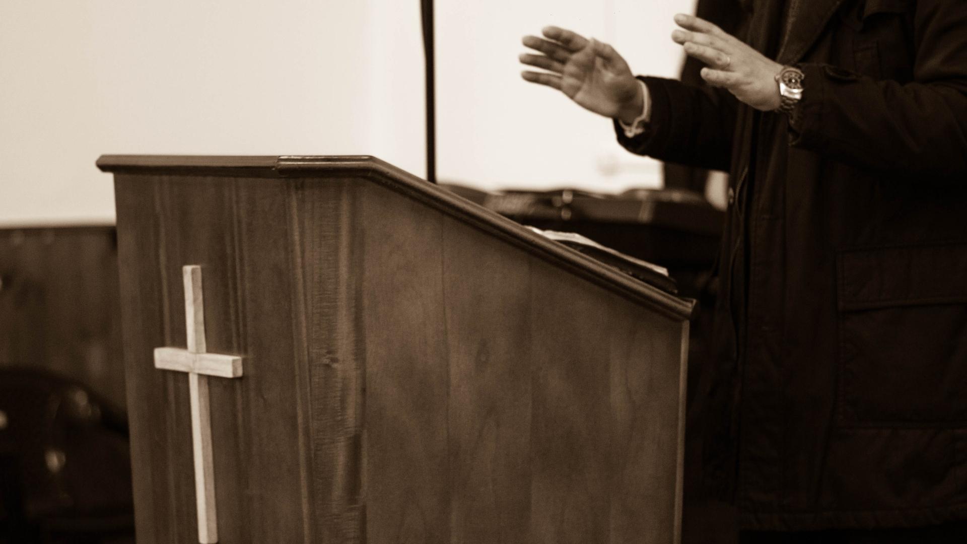 Por qué deberías priorizar la predicación en vivo de tu iglesia local